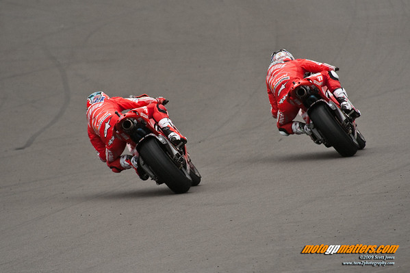 Nicky Hayden and Casey Stoner at Donington, on wet tires